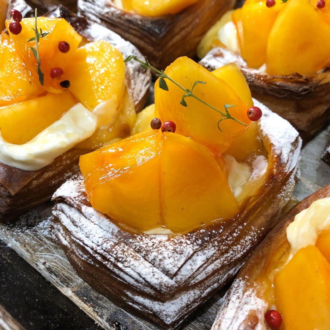 季節限定のフルーツデニッシュ「柿とサワークリームのデニッシュ」がスタートしています(2019.10.24)